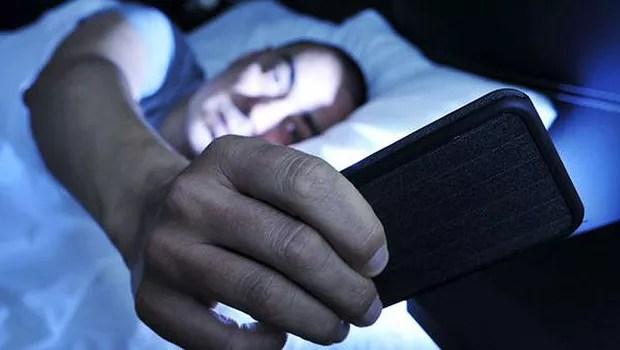 Usar o celular antes de dormir pode trazer riscos para a saúde ; smartphone ; desligar do celular (Foto: Dreamstime)