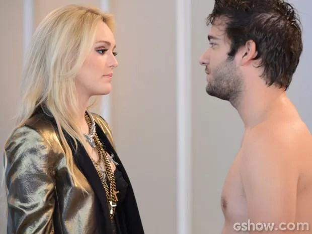Megan chega cheio de amor para Davi, mas leva um fora do programador (Foto: Raphael Dias/TV Globo)