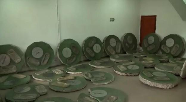 Peças da Calçada da Fama do Maracanã que estavam guardadas em salas — Foto: Reprodução/TV