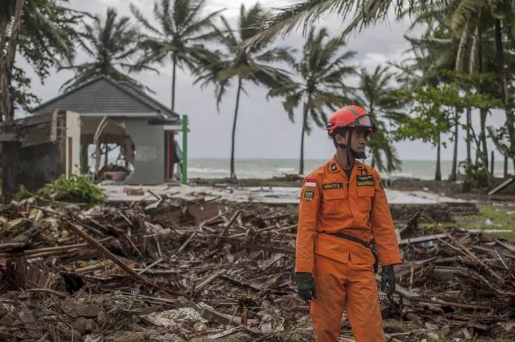 Praia de Carita é umas das que foram atingidas pelo tsunami, na Indonésia, na noite deste sábado (22) — Foto: AP Photo/Fauzy Chaniago