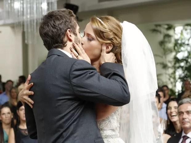 O primeiro beijo de Vicente e Cris como marido e mulher (Foto: Felipe Monteiro/TV Globo)