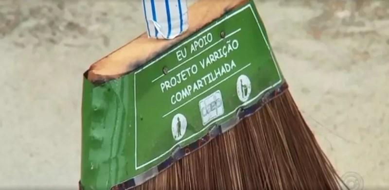 Morador ganha vassoura do projeto em Penápolis — Foto: Reprodução/TV TEM