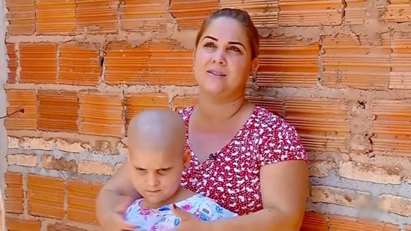 Catarina com a mãe na casa onde ambas moram em Santa Bárbara d´Oeste  — Foto: Reprodução/TV TEM