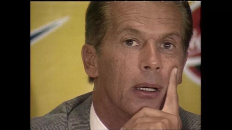 Emerson Leão em entrevista coletiva de apresentação como técnico da Seleção Brasileira em 2000