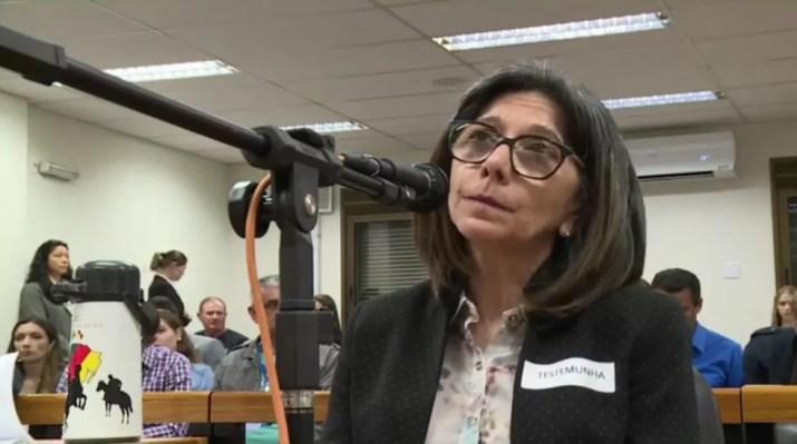 Testemunha Juçara presta depoimento no segundo dia de julgamento do caso Bernardo — Foto: Reprodução/TJ-RS