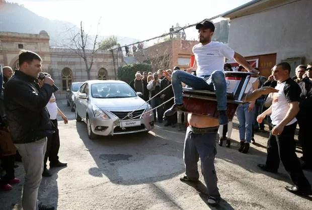 'Homem-ímã' puxou dois carros com dispositivo de metal preso a seu corpo  (Foto: David Mdzinarishvili/Reuters)