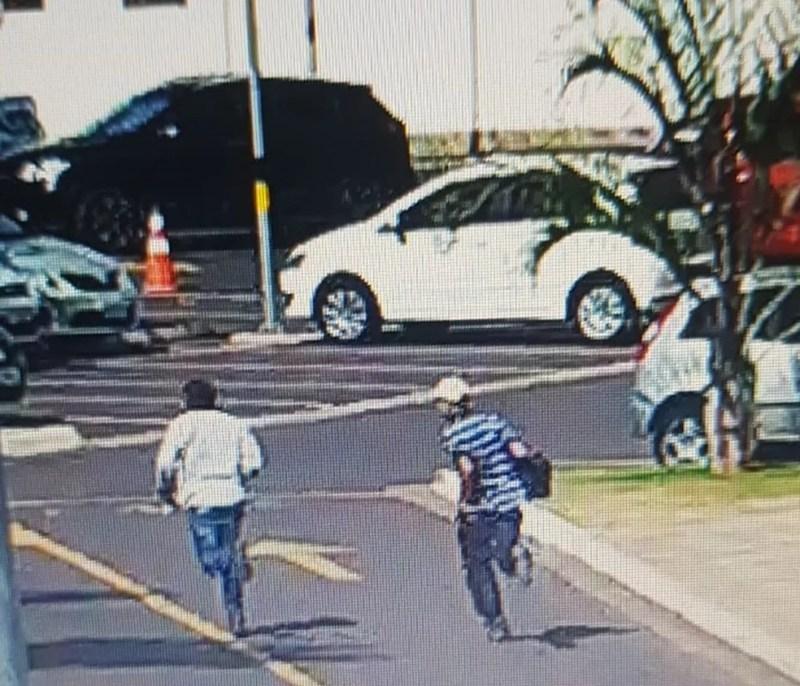 Suspeitos fugiram correndo pelo estacionamento em Araçatuba  — Foto: Reprodução/Câmera de segurança