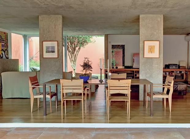 Na reforma desta casa, assinada pelo arquiteto André Vainer, as colunas ficaram soltas no meio do living com a demolição da parede que o separava da antiga garagem. Elas serviram para apoiar quadros (Foto: Edu Castello/Casa e Jardim)
