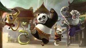 Po vive o sonho de ser o dragão guerreiro, protegendo o Vale da Paz ao lado dos mestres Shifu, Tigresa, Macaco, Víbora, Louva-deus e Garça. Sua vida pacata chega ao fim quando surge um novo inimigo, o lorde Chen, que possui uma arma secreta capaz de permitir a conquista da China e provocar o fim do kung fu. Para impedi-lo, Po e os Cinco Furiosos precisam cruzar o país e lutar para derrotá-lo.