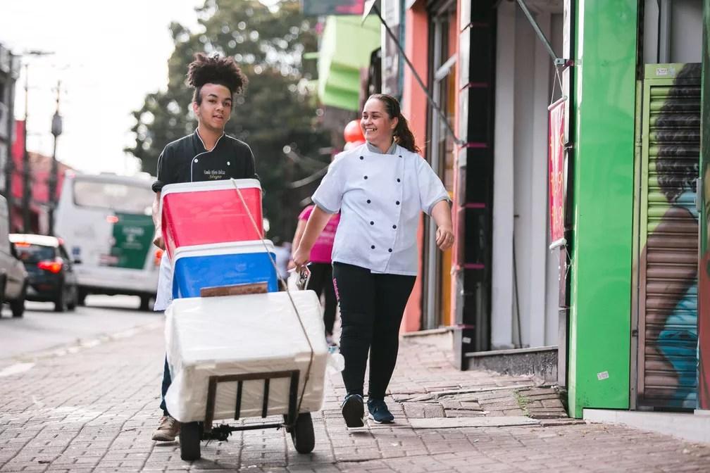 Paula Regina Ribeiro, e o filho, Sérgio, vendem lanches e bolos nas ruas e no comércio da região de Sapopemba, São Paulo, onde moram (Foto: Marcelo Brandt/G1)