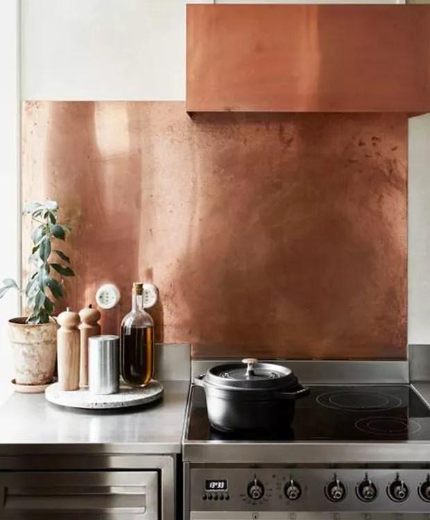 O cobre dá um ar rústico ao ambiente (Foto: Airbnb/ Reprodução)