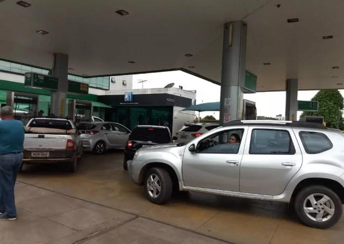 Motorista encheram tanque  com medo de faltar combustível  (Foto: Aline Nascimento/G1)
