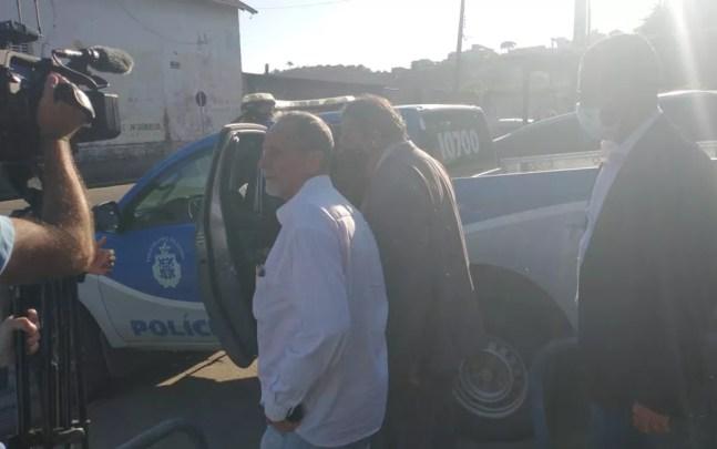 Carlos Samuel Freitas se apresentou na 7ª Coordenadoria Regional de Polícia do Interior (Coorpin) com três advogados — Foto: Izabella Freitas / TV Santa Cruz