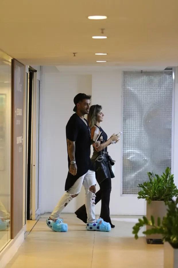 Lucas Lucco troca beijos com loira em shopping, usando pantufas