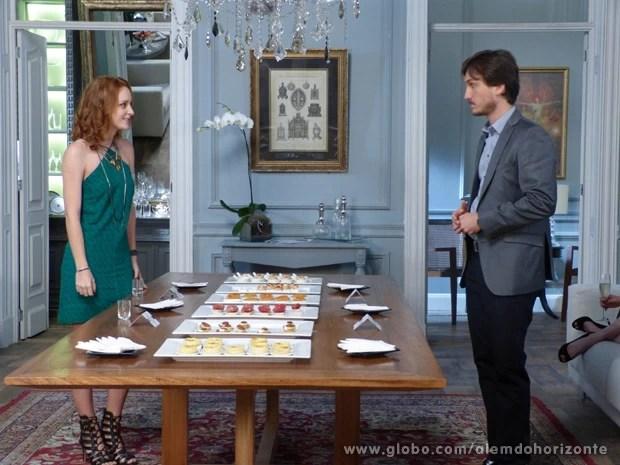 Para cobrir Lili, Pri faz a degustação junto com Marcelo (Foto: Além do Horizonte/TV Globo)