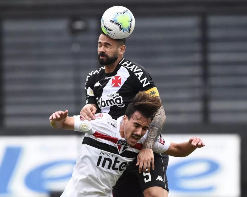 Leandro Castan comandou sistema defensivo do Vasco — Foto: André Durão