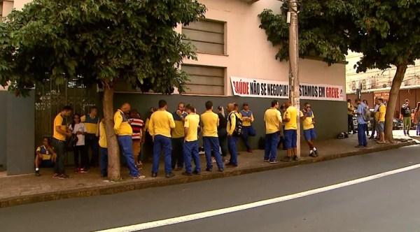 Trabalhadores dos Correios em frente à agência central de Ribeirão Preto (Foto: Maurício Glauco/EPTV)