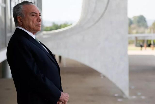 Imagem mostra o presidente Michel Temer na área externa do Palácio do Planalto (Foto: Beto Barata/PR)