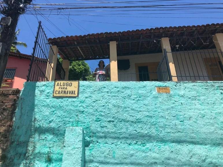 Dona Mariluce Doroteu pede zelo pelo imóvel que aluga para o carnaval, na Rua das Bertiogas — Foto: Luana Nova/G1