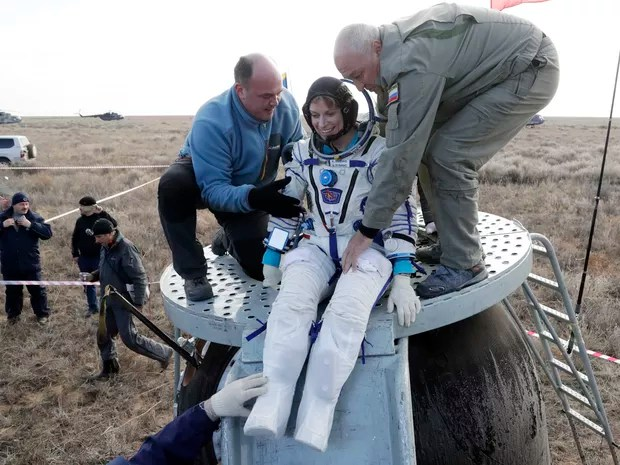 Russian space agency rescue team helps U.S. astronaut Kate Rubins to get from the capsule shortly after the landing of the Russian Soyuz MS space capsule about 150 km (90 miles) southeast of the town of Dzhezkazgan, Kazakhstan, Sunday, Oct. 30, 2016. A So (Foto: Dmitry Lovetsky/Pool via AP)