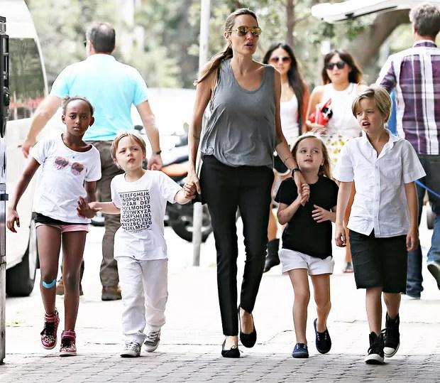 Angelina Jolie com Zahara, Knox, Vivienne e Shiloh chegam a supermercado na Austrália (Foto: AKM GSI)