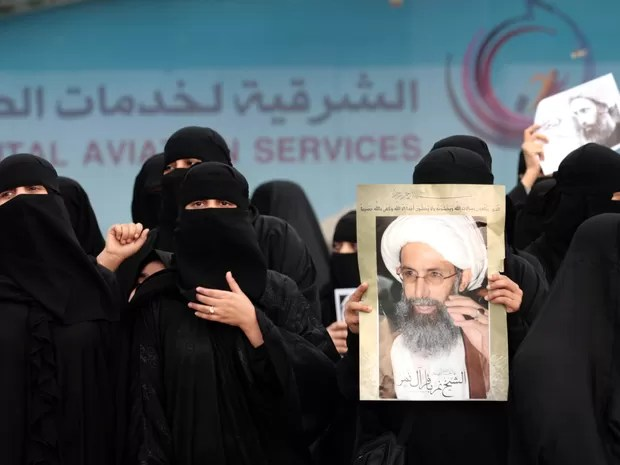 Sauditas xiitas participam de protesto na cidade de Qatif, no leste do país, contra execução de Al-Nimr  (Foto: STR/AFP )