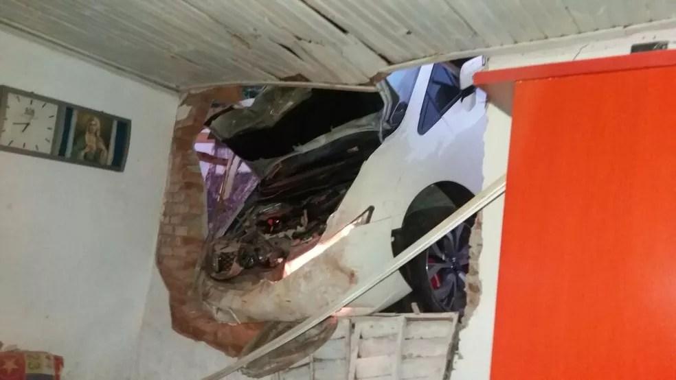 Carro invadiu um dos cômodos de casa em Brazópolis (MG) (Foto: Cristiane Carneiro )