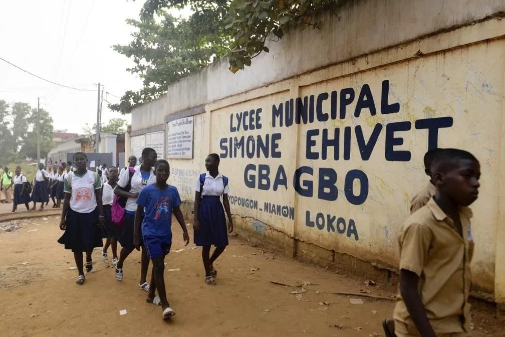 Escola na Costa do Marfim onde estudava o menino de 14 anos encontrado morto no trem de pouso ao tentar viajar clandestinamente à França — Foto: Sia Kambou/AFP