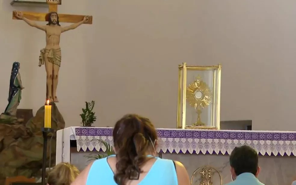 Pessoas orando em igreja de Goiânia — Foto: Reprodução/TV Anhanguera