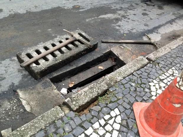 Suspeito disse que jogou arma dentro de bueiro em Santos, SP (Foto: Guilherme Lucio/G1)