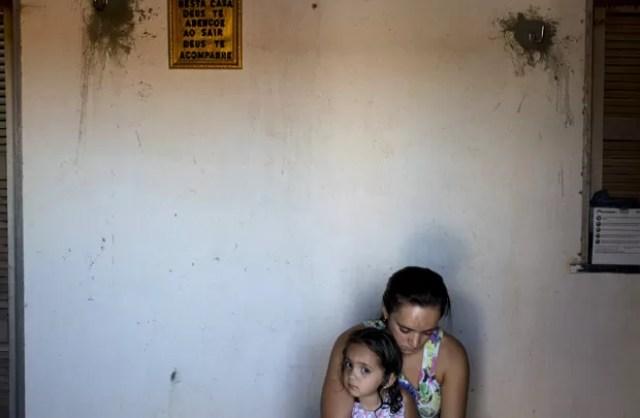Marcia Xavier, filha do ativista antiagrotóxico José Maria Filho, com sua mãe em frente à sua casa em Limoeiro do Norte  (Foto: Reuters/Davi Pinheiro)