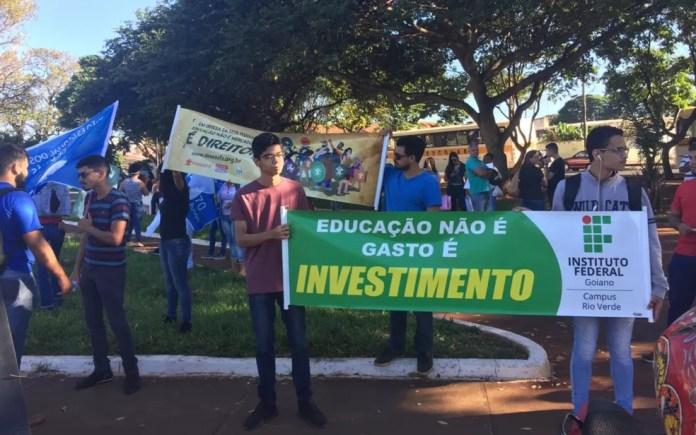 JATAÍ, 9H: Manifestantes se reúnem no Centro nesta quinta-feira (30) — Foto: Ana Paula Azevedo/TV Anhanguera