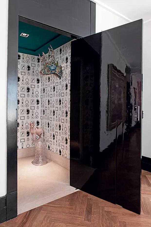 Se não houver espaço para grandes móveis, invista em um papel de parede diferente. No projeto da arquiteta Andrea Murao, o modelo é da marca holandesa Eijffinger. Uma discreta banqueta transparente é o canto preferido do gato Jota, da raça sphynx (Foto: Lufe Gomes / Editora Globo)