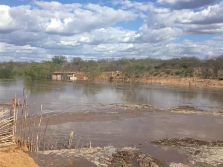 Vazamento ocorreu em uma barragem recém-inaugurada em Sertânia (Foto: Divulgação/Prefeitura de Sertânia)