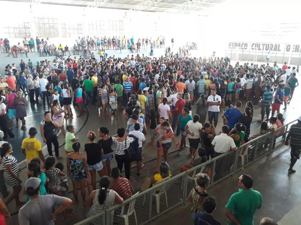 Centenas de pessoas acompanharam durante toda a tarde o funeral das seis vítimas  (Foto: Dalyne Barbosa/TV Clube)