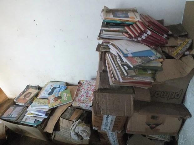 Livros tiveram que ser guardados de forma improvisada em comunidade de Nísia Floresta (Foto: Marcos Rodrigues)