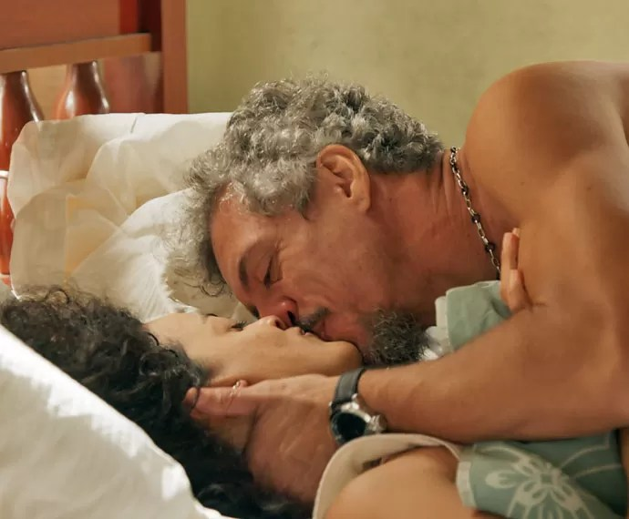 Juca leva Domingas para a cama (Foto: TV Globo)