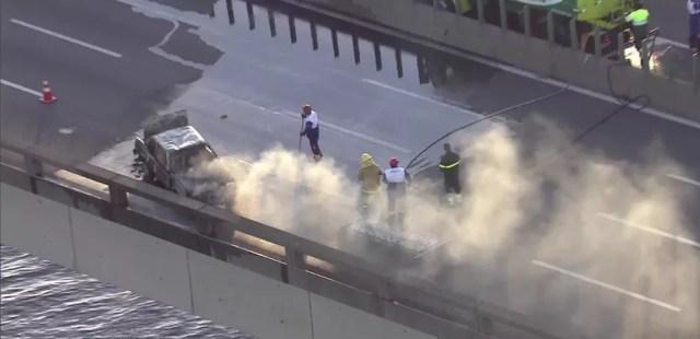 Carro que foi incendiado é um Monza. Aparentemente, o incêndio do veículo é um protesto. (Foto: Reprodução/ TV Globo)