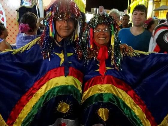 Casal fantasiado de caboclo de lança transformou a bandeira de Pernambuco em estampa (Foto: Luna Markman / G1)