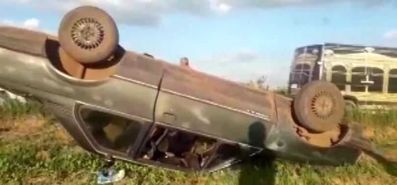Veículo capotou em uma estrada na zona rural de Limeira — Foto: Reprodução/EPTV