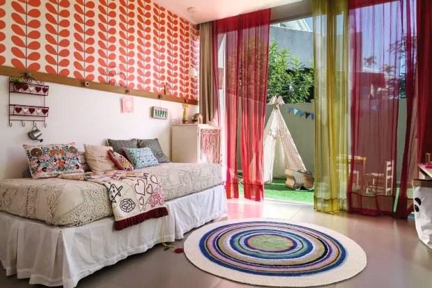 Geral. O tapete de crochê traz ar aconchegante ao espaço, que oferece uma varanda deliciosa para brincadeiras e acomoda tenda e banquinho. Objetos lúdicos da Memória Afetiva, loja dos pais de Cecília (Foto: Sambacine / NaToca Design)