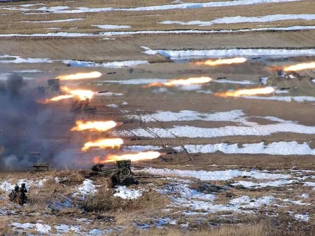 Mísseis são disparados em treinamento do Exército da Coreia do Norte, sob vistoria de Kim Jong-un. (Foto: AFP/KCNA)