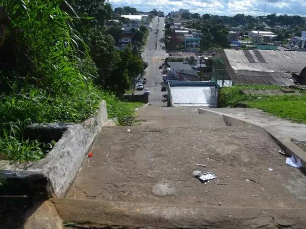 Escada de escola em Cruzeiro do Sul tem cerca de 60 metros (Foto: Francisco Rocha/G1)