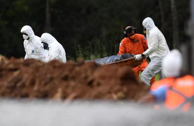 Trabalho de buscas por vítimas do rompimento da barragem da Vale em Brumadinho — Foto: Alex de Jesus/O Tempo/Estadão Conteúdo