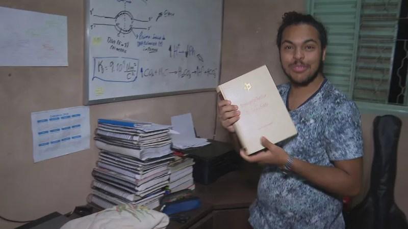 Lucas, de 17 anos, fazia brigadeiros para pagar cursinho pré-vestibular.  — Foto: TV Globo/Reprodução