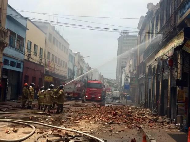 Bombeiros combatem incêndio no Centro do Rio (Foto: Henrique Coelho/G1)