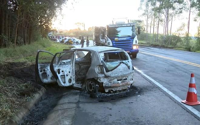 Carro queimado por criminosos em Morungaba (Foto: Reprodução EPTV)
