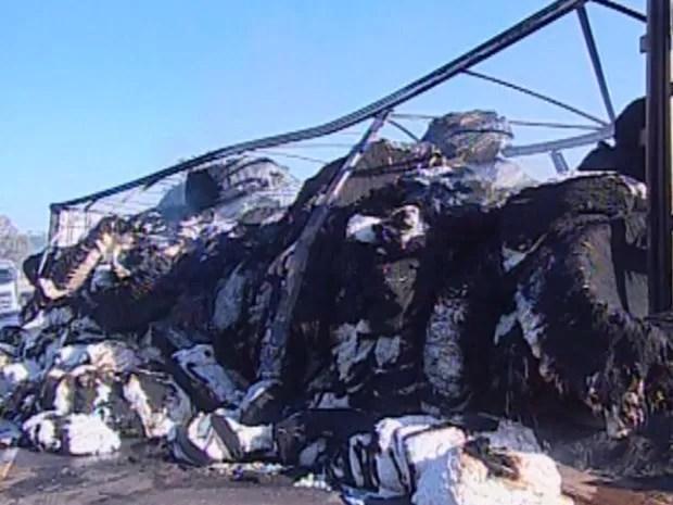 Motorista conseguiu escapar ileso, mas carga e carroceria foi queimada  (Foto: Reprodução TVCA)