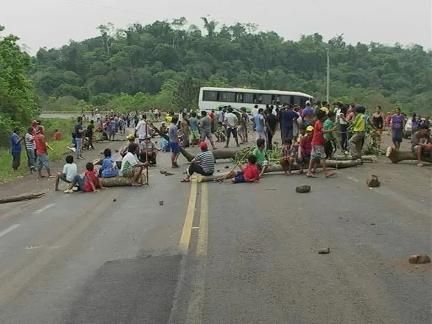 Índios bloqueiam a BR-386, no Rio Grande do Sul (Foto: Eder Calegari/RBS TV)