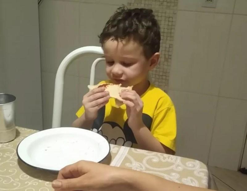 Pequeno Gabriel Atilho, de 4 anos, ganhou uma pizza sem recheio e viralizou na web — Foto: Arquivo Pessoal